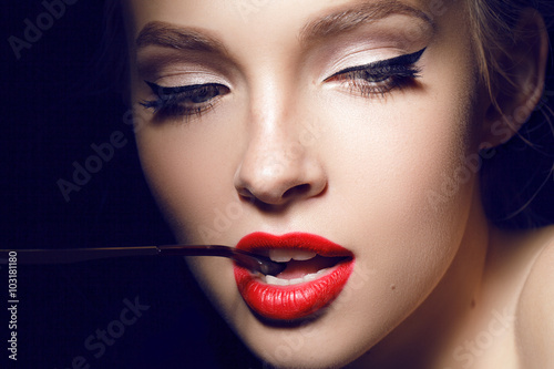 Photo  beautiful girl with red lips and hollywood make up