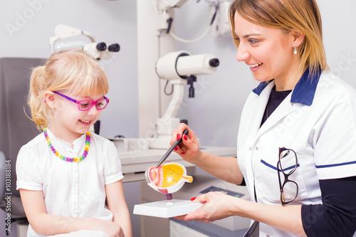 Fotografía  Optometrist teaching girl about vision