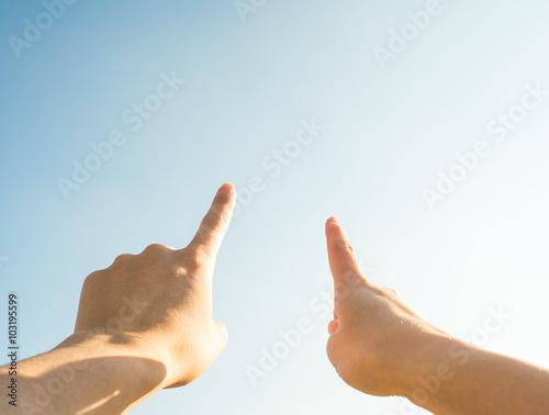 Foto  青空を指差すカップル