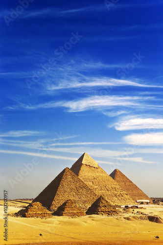 In de dag Egypte Egypt. Cairo - Giza. General view of pyramids from the Giza Plateau (there is 3 pyramids popularly known as Queens' Pyramids on front side; next: the Pyramid of Menkaure, Khafre and Chufu)