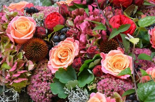 Photo  Herbstliche Blütendekoration / Blumendekoration mit Hortensienblüten, Rosenblüte