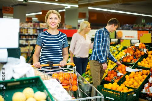 Photo Woman choosing seasonal fruits