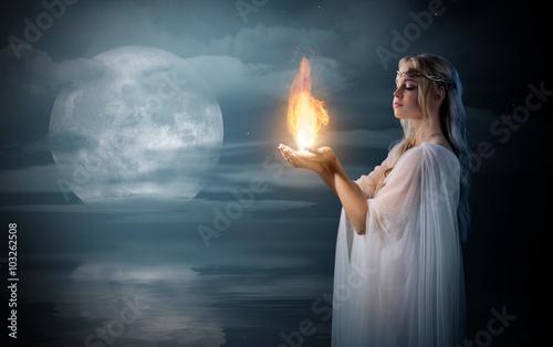 Plakat Elven dziewczyny mienia ogień w palmach przy dennym brzeg