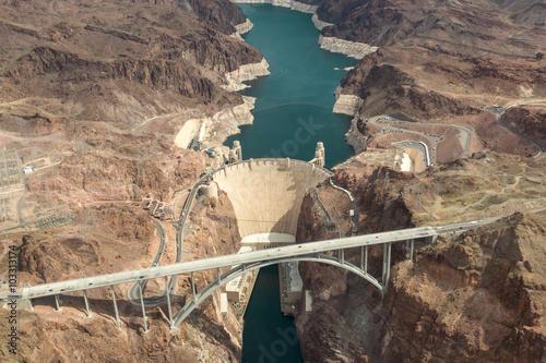 Plakat Hoover Dam widok z lotu ptaka. Widok z lotu ptaka Kolorado rzeki most i Hoover tama w Nevada, Arizona, usa.