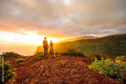 Photo  Couple enjoying beautiful sunrise