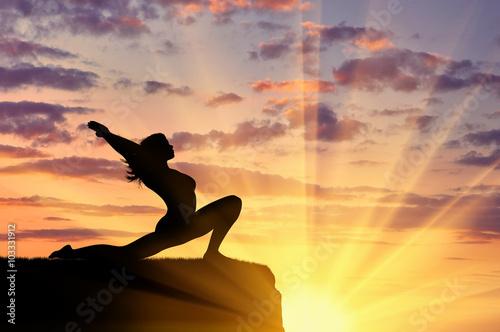 Obraz na plátně  Silueta dívka cvičí jógu