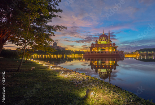 Fotografija  Majestic Sunrise at Putra Mosque, Putrajaya Malaysia