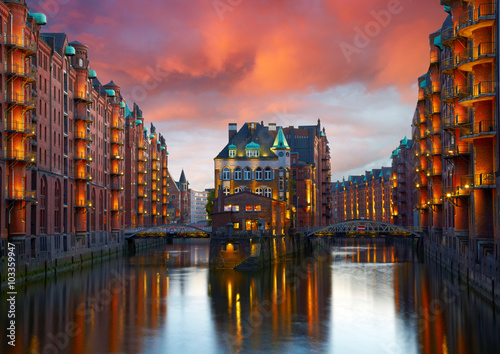 Fotografiet  Old Speicherstadt in Hamburg illuminated at night