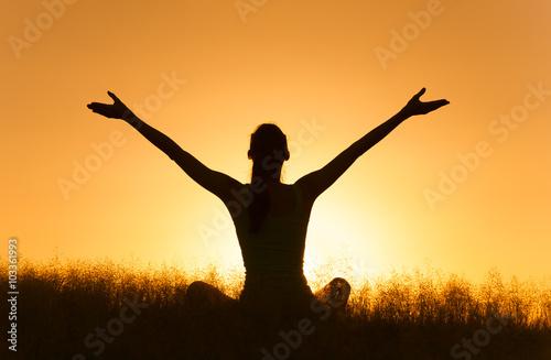 Fotografia  Happy woman relaxing in a beautiful nature setting.
