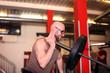 Mann mit Gewichtsstange