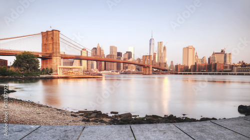 Spoed Fotobehang Brooklyn Bridge Scenic sunset of New York City from riverbank