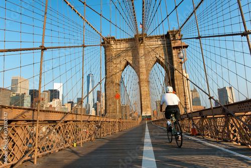 Keuken foto achterwand Bruggen Cyclist Riding on Brooklyn Bridge Pedestrian Path
