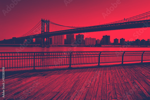 Stampa su Tela  Red Toned Manhattan Bridge Spanning East River