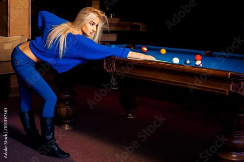 Carta da parati Adorable young beautiful blonde concentrated on pool billiard ga