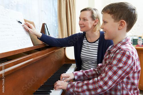 Fotografía  Boy With Music profesor que tienen la lección Al Piano
