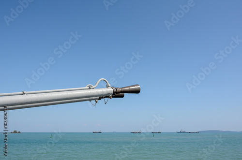 Photo  Army gun on the boat with sea and sky background,close up on gun