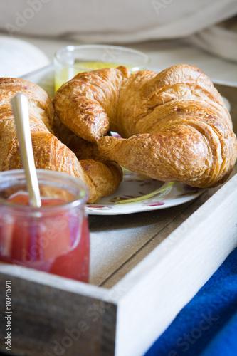 Obraz na dibondzie (fotoboard) jedzenie śniadaniowe na łóżku w sypialni