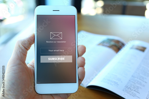 Fotografía  Hand holding smartphone with receive newsletter form screen on c