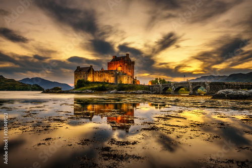 Poster Kasteel Sunset over Eilean Donan Castle in Scotland