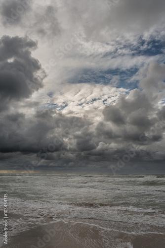plaza-nad-morzem-polnocnym-czarne-chmury