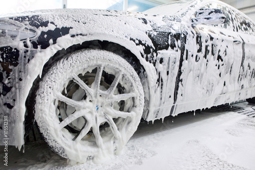 Fotografía  Close up detail of wash cleaning brush on car at carwash
