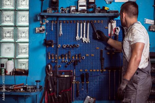 Zdjęcie XXL Mechanik samochodowy i jego narzędzia