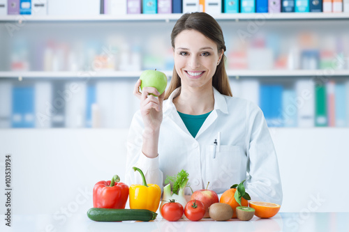 Fotografia  Smiling nutritionist in her office
