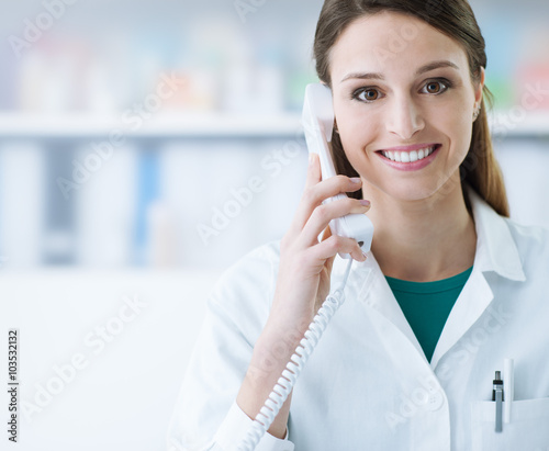 plakat Smiling doctor phone calling