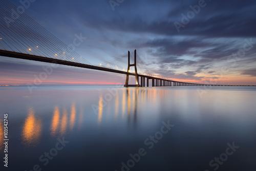 Photo Ponte Vasco da Gama sobre o Rio Tejo em Lisboa ao Nascer do Sol