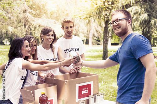 Fotografía  volunteer group receives food donation