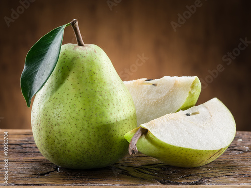 Pear fruit with leaf on wooden background. Fototapete