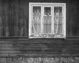 zamknięte stare okno na starej drewnianej ścianie - 103566771