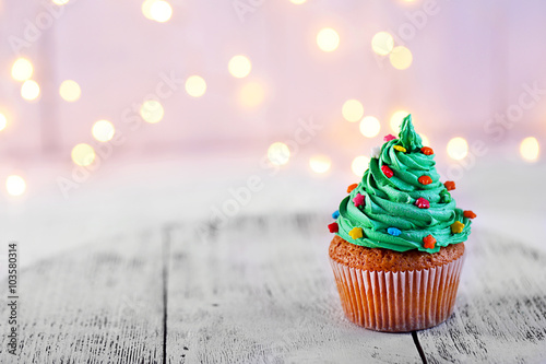 Photo  Christmas cupcake with sparkler and lights on background