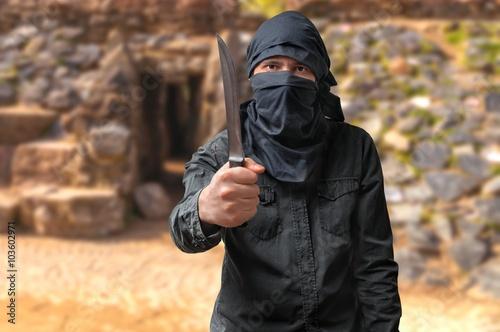 Fotografía  Concepto de terrorismo. Terrorista que amenaza con el cuchillo.