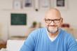 Leinwanddruck Bild - entspannter mann mit vollbart und brille