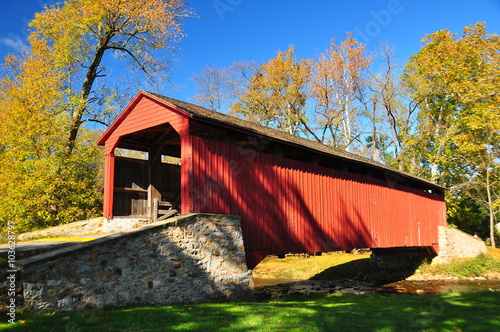 Valokuvatapetti Goodville, Pennsylvania - October 19, 2015: Single span, double Burr arch truss