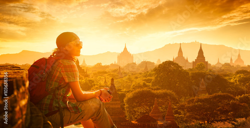 Photo  woman backpacker sit on sunset and enjoy the view.