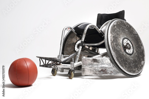 Fototapeta Wózek inwalidzki i piłka lekarska  obraz