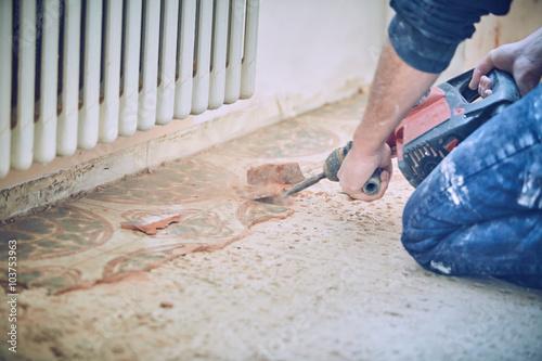Muratore rompe toglie piastrelle con martello pneumatico – kaufen ...