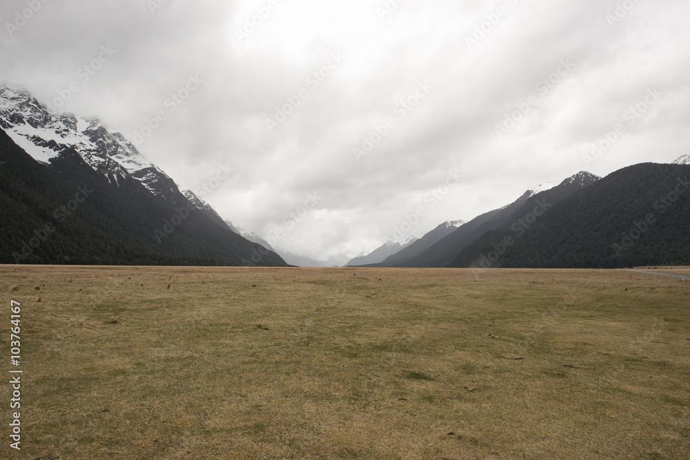 Fotografía Valle rodeado de Montañas nevada en la Isla Sur de Nueva ...