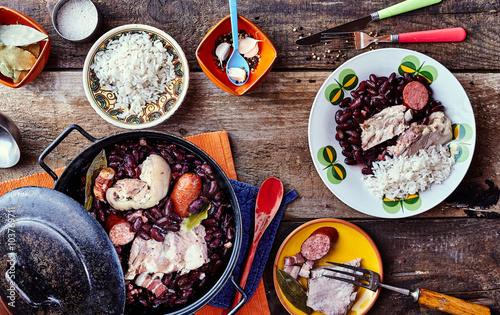 tradycyjna-brazylijska-fasola-i-gulasz-z-miesa-na-stole