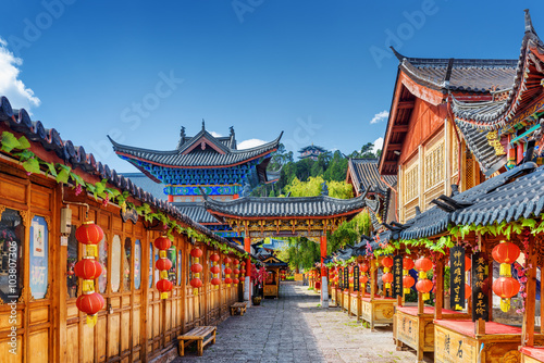 Tuinposter China Street decorated with traditional Chinese red lanterns, Lijiang