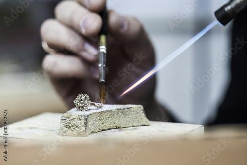 Fotografía  Fabricación de la joyería / fuego