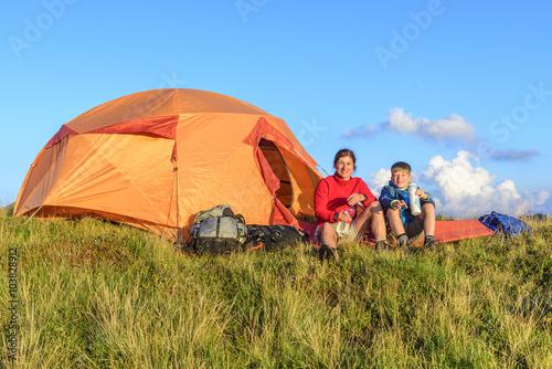 Canvas Prints Camping Entspannen in der Abendsonne vor dem Zelt