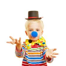 Kind Als Clown Führt Sketch Auf