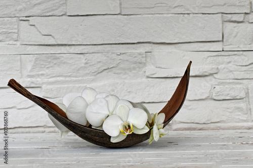 Orchidee in einer Palmblattschale