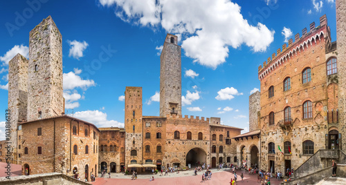 In de dag Toscane Famous Piazza del Duomo in historic San Gimignano, Tuscany, Italy
