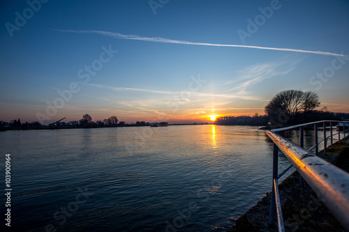 Papiers peints Morning Glory Der wundervolle Rhein im Sonnenaufgang am frühen Morgen