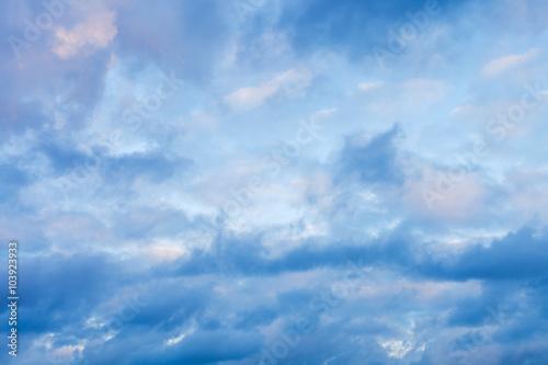 geste-blekitne-chmury-na-niebie