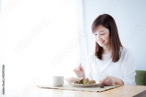 Foto op Canvas Kruidenierswinkel 朝食を食べる女性 野菜